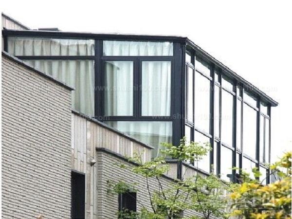 1、小面积住房的阳光房设计需要注意的问题。如果你的住房面积小,设计阳光房只是为拓展生活空间,一般会阳光房私密性要求高,经济水平较低。这时候则可选择保温板屋顶,塑钢门窗加保温墙作周边维护类产品。这类产品虽非严格意义上的阳光房,但价格低、经济实用。缺点是采光差,通风一般。如加开天窗则会有较大改善。 2、大面积住房阳光房设计需要注意的问题。如果您住房面积较大,特别是别墅类建筑,您的阳光房主要是用于冬季休闲、健身、养花等,宜选择屋顶可以移动打开的整体移动阳光房。此类阳光房不会有保温板类阳光房采光差、固定采光顶类阳
