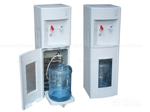 释放臭氧清洗法在饮水机冷水腔和热水腔内的剩水放完的情况下,将消毒插头插在饮水机进水口处,接入臭氧发生器的胶管,打开臭氧发生器电源,通入臭氧15分钟。然后,打开冷水嘴,用臭氧对冷水流通管道消毒,5分钟后关闭冷水嘴,再打开热水嘴对热水管道进行消毒。   立式饮水机主要是以上介绍的三个方面,不同的方式,适合不同的用户,所以在选择的时候,可根据需求来选择。一般饮水机是可以自己来完成的,而要想更为彻底来清洗,那么是可以请专业的工作人员来帮忙的。他们上门之后,会按照相应的步骤,还有合适的方法来清洗,清洗干净了,能