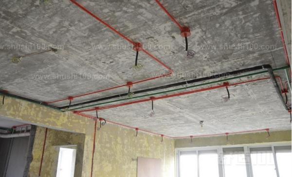1、进行各种线路移位改造时,应首先确定线路终端插座的位置,并在墙面标画出准确的位置和尺寸,然后向就近的同类插座引线,引线的方法是:如果插座在墙的上部,在墙面垂直向上开槽,至墙的顶部安装装饰角线的安装线内;如果是在墙的下部,垂直向下开槽,至安装踢脚板的底部。槽深15毫米左右,将电线导线装入护线套管,卧入墙面槽内,用水泥砂浆抹平,使之固定在墙内。如果原插座保留,则重新安装在原位置上,如果不保留,则应用砖块填堵后,用水泥砂浆抹平。沿地面的导线,在安装踢脚板时,卧于踢脚板的底部内侧,沿顶角的导线,在安装装饰线时,