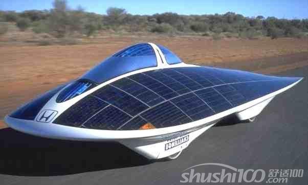 2、太阳能汽车产品优势 实用型太阳能动力车除行驶速度远低于燃油汽车外,与燃油汽车相比,还是有诸多优势的。首先,太阳能电动车耗能少,只需采用3-4平方米的太阳电池组件便可使太阳能电动车行驶起来。燃油汽车在能量转换过程中要遵守卡诺循环的规律来作功,热效率比较低,只有1/3左右的能量消耗在推动车辆前进上,其余2/3左右的能量损失在发动机和驱动链上;而太阳能电动车的热量转换不受卡诺循环规律的限制,90%的能量用于推动车辆前进。 作为既节能又环保的新型产品,太阳能产品受到全世界的大力支持,成为今天的一种潮流,受到