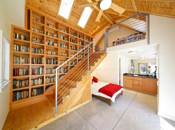既能储物又能收纳才是楼梯收纳柜的最大用处,千万别觉得楼梯旁边的墙体除了挂照片、画装饰画等装饰用途外已无他用,既能储物,又能收纳你的收藏品,那才是一举两得的好想法。而摆上书籍比挂一幅名画更能显示出主人的品位和修养,并且你可以根据书籍的常用度来决定它摆放的高度。不过,我们并不建议你将楼梯旁边的墙体大面积掏空,因为墙体要承受整个楼梯的大部分压力,所以,小面积的利用是更为恰当的方式。如果想要大面积改造,需要事先对墙体进行钢结构加固处理,另外,还需要注意墙体的原有功能设置是否会与改造发生冲突。 如果能设计好楼梯收纳
