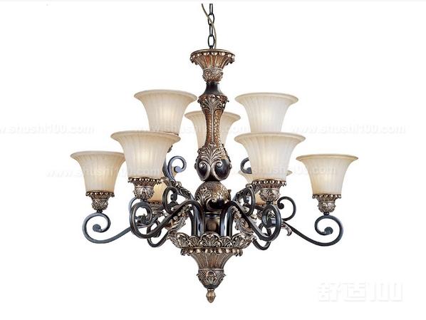 1、英式田园家具特点在于华美的布艺,是纯手工制造的,它的花卉大部分以小碎花,条纹,苏格兰纹为主,而且英式风格的家具永远是我们永恒的主题,对于灯具来讲的话,我们的灯,不管是吊灯,落地灯,还是台灯,布罩,要相跟它搭配,这是最主要的。 2、法式田园风格的特点主要在于家具的洗白处理,所有在我们的灯具上的处理上,灯罩就要选用一些大面积的白色,就不要碎花型就可以了。 3、地中海风格地中海风格家具与灯饰,地中海风格大多数以灰白墙,拱门,海蓝色的屋瓦,或者门窗为主要,而且配合上墙壁上的马赛克,会给人一种大气凝重,而且色彩