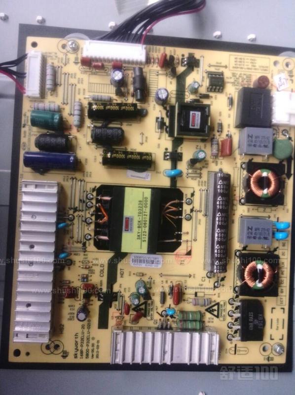 开机后经过抗干扰电路滤除市电中的杂波干扰,整流、PFC电感、滤波输出300V直流电压到副电源电路,副电源开始工作输出+5v电压,经电源板输出排插端口1脚到数字板CPU电路,CPU电路经过读取数据开机输出高电平开机电压,经电源板排插端口2脚到电源板稳压开关机控制电路,开关机控制电路工作,输出电压到PFC振荡电路,输出高频方渡脉冲推动PFC开关管工作,利用PFC电感产生的逆程脉冲,经过整流、滤波生成400V的PFC电压。 PFC电压送到主电源电路和PFC电压检测电路,PFC检测电路检测到PFC电压达到400V