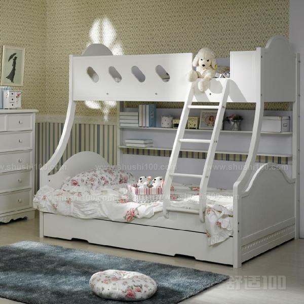 1.准备检查 首先将装有儿童床的箱子打开,检查零件是否齐全,有无破损,然后取出安装说明书仔细阅读。 2.组装 根据安装说明书用螺丝等工具将,儿童床的前后左右的木板都组合起来,这些步骤只要按照说明书进行就不会有大错的。组装好之后,用手摇晃儿童床,看床是否结实,如果发现有异常的地方及时作出调整。这里给大家介绍的是加长床的使用方法,前上框打开后,拧下加长侧框上的旋钮螺钉,将加长侧框放下,即可使床加长。另外介绍的是床板的调节方法,床板高度可上、下二档调节放置上档位置必须用M6*35十字平菇头螺钉穿过后框中竖档锁定