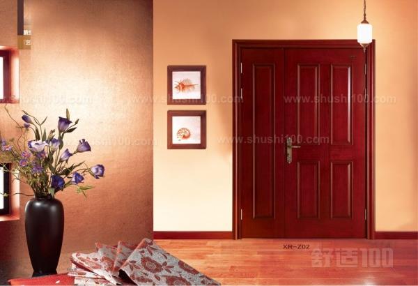 """好的色彩搭配是点染居室的关键要素,因此我们在确定了款式之后其次要考虑的是木门的色彩跟居室色彩的搭配。居室配色基本是类似色度为主附以对比因素提点,我们可以先把居室大环境色象及明暗度进行划分,可三大色系;墙面、地面、家具软装饰。基本上保持这三大色系就可以了,不益过多。木门的色彩可以考虑靠近家具色系,如地面是深色地板墙面白色搭配紫葳木门。大环境色系上既有对比又保持谐调。如果您没有太大把握或没有在专业人士的指导的情况下,推荐这个 """" 靠 """" 的办法,别总想着处处对比,实际上大环境已经有对比了,您只要将门的色彩"""