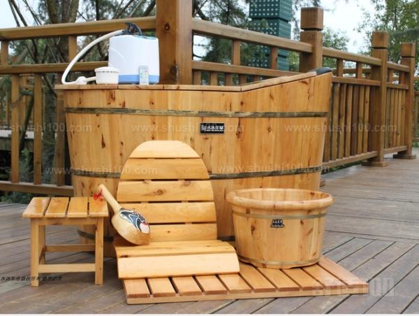 成都天之草木香卫浴用品有限公司主要以开发生产熏蒸桶,沐浴桶,桑拿桶,蒸汽桶,浴足桶等多个香柏木家居卫浴洁具系列产品为主体,所生产产品均选料独特,采用国内特有的珍惜名贵树种,香柏树为原材料。香柏树耐旱,耐寒,多年生长,木质坚硬,密度大,纹理细腻,防水性强。 以上就是实木浴桶品牌的介绍了,选择实木浴桶就是为了那种原始的感觉,散发树木香气的木质浴桶,给人感觉是自然放松的。所以选浴桶也要看品牌,只有质量好的品牌产品,才能带给人愉快的心情。另外,提醒大家,实木浴桶不能长时间放置不用,会导致干裂漏水。请定期使用。