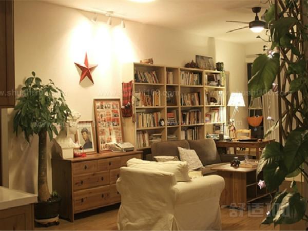 优点:分体式书架的设计,充分的利用了空间,而不显得局促。布艺的沙发静静的摆在书架的前方,让主人随时随地可以舒服的阅读,淡雅的纱帘正好过滤掉窗外的强烈,在这里可以找到心灵的宁静。玻璃的茶几散发着理性的现代味,茶几上的素雅的摆花,让整个房间瞬时变得温馨。 以上就是小编为大家介绍的一些客厅沙发后面放书柜的装修风格,不同的沙发后面放书柜的风格能够为您的客厅装饰出不同的风格。沙发后面放置书桌能够让您的客厅看上去整洁有序,同时还能显得家里主人的文化气质。看完小编以上的介绍,希望能够对您有所帮助。