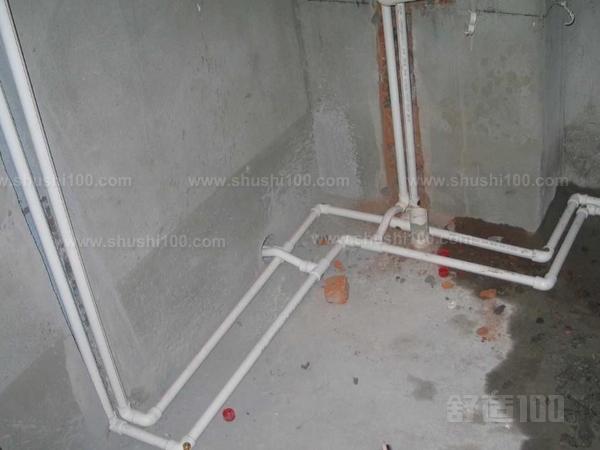 1,家庭装饰中,水管最好走顶不走地,因为水管安装在地上,要承受瓷砖和