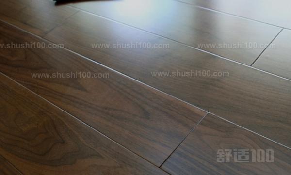 黑胡桃木实木地板,木纹美观大方,黑中带紫,典雅高贵。由于色相重,因此要求油漆成膜后必需透明度高。木纹比较深,要求透明底漆的填充性好,封闭性强。面板加工时有染色或胶合板中存在褪色物,时间一久轻易褪色。黑胡桃木地板的图案纹理:不仅弦切面有美丽的大抛物线花纹(大山纹),还有其他树木所不具有的曲线,波浪,涡卷,瘿木,小指甲大小的鸟啄痕针结。同时夹带黑灰色条状或带状花纹,变化万千,赏心悦目,极富装饰效果。