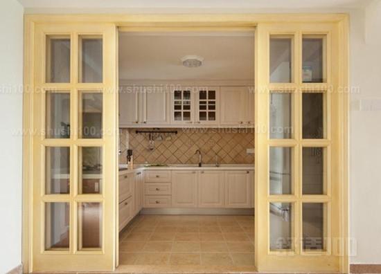 厨房隔离门门套的材质,门的变形,下垂其实是门套出现了问题.