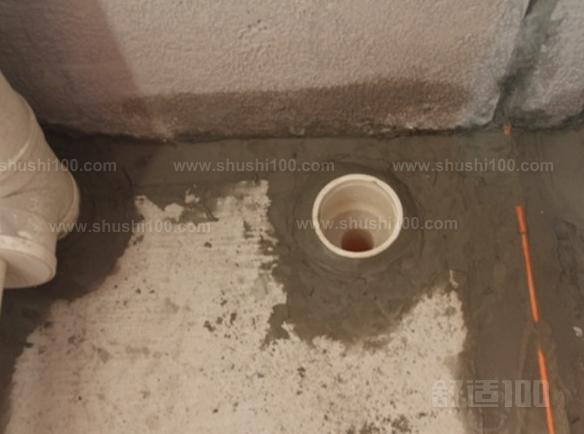 防水涂料涂刷的高度问题。厕所的墙面上也需要做防水处理,一般都是自地平面向上在墙面上涂刷30cm,这是为了不让积水渗透到墙面里形成返潮;不过有许多家庭都会使用淋浴房,在这一块区就需要把防水涂料涂刷到180cm,这样喷头的水就不容易渗入墙内;如果是浴缸,那就把高度涂高到浴缸之上30cm。 在墙与地面相接处,也包括角落部分,还有管与建筑效接处,这几个地方就要用高弹性的柔性防水涂料,这几个地方要特别注意,会漏水的地方经常是这几个地方。