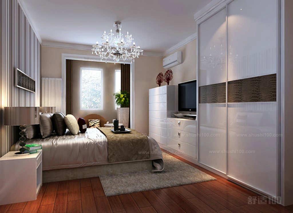 第一,配合不同卧室风格的选购:现代风格的卧室,就可以选择线条简单,造型优美的电视柜;古典风格的卧室装修风格,宜选择实木电视柜,更上档次;田园装修风格的卧室,就可以选择带有泥土气息或是颜色比较跳跃的电视柜。总之卧室和电视柜的整体风格要配合好,这样卧室衣柜电视柜组合才可以提升卧室的风格和水平。