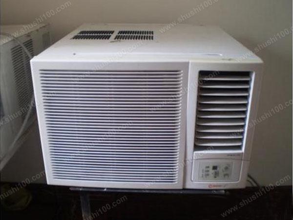 部位一:室内机的面盖。空调机内积蓄下来的灰尘非常多,不但对人体不利,还会妨碍空气的流通,降低制冷的效果。清理方法:面盖若不多油,可用清水冲洗后,用干净的软毛刷刷干净即可。使用过程中,为保证空气清新,应每15天清洁一次。注意:长期不用空调时,仍须保证空调机的通风,须每1-2个月开吹风档通风。 部位二:室外机的外壳。室外机主要是起散热作用,室外的空气也通过它来进行循环交换,一些安放近油烟口的室外机还可能吸附了大量的油烟,这些都是有碍空气清新的因素。清理方法:民用户的室外机一般用清水冲洗即可,若是油烟较重的