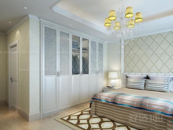 嵌入式衣柜与墙体无缝对接,极大地节省了卧室空间.
