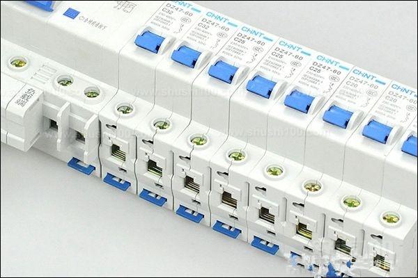 明装配电箱,配电箱安装在墙上时,应采用开脚螺栓(胀管螺栓)固定,螺栓长度一般 为埋入深度(75~150mm)、箱底板厚度、螺帽和垫圈的厚度之和,再加上5mm 左右的出头余量。对于较小的配电箱,也可在安装处预埋好木砖(按配电箱 或配电板四角安装孔的位置埋设),然后用木螺钉在木砖处固定配电箱或配电板。 暗装配电箱,配电箱嵌入墙内安装,在砌墙时预留孔洞应比配电箱的长和宽各大20mm 左右,预留的深度为配电箱厚度加上洞内壁抹灰的厚度。在圬埋配电箱时,箱体 与墙之间填以混凝土即可把箱体固定住 配电箱应安装牢固,横