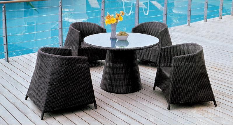 清新自然的阳台风格适合玻璃茶几配金属椅子,古典优雅的阳台适合配