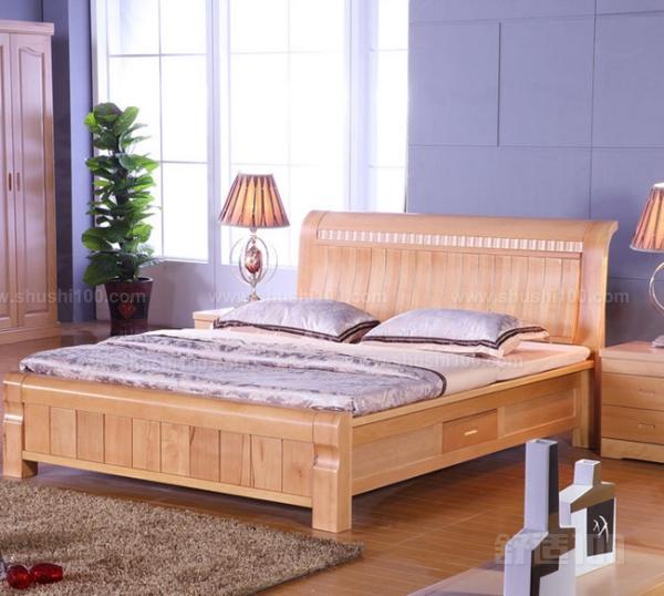 对于实木来讲,是非常容易造型的,实木床需要使用大木方料,消费者能够根据自己的爱好以及自家的装修风格来对实木床的造型做出选择。定做实木床可以选择中式实木床、欧式实木床、韩式实木床、现代简约实木床等等,但是要选对实木材质,红木或者是榆木等拥有特殊性质的实木材料比较适合中式风格的,可以呈现出大气、天然、尊贵的风格。而比较厚重的橡木可以做成欧式或者韩式实木床,柞木、水曲柳木可以定做现代简约实木床。实木床造型多,材质比较环保,采用合适的造型对整体家装风格锦上添花。  定做美式实木床