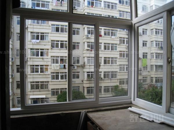 在施工现场外按尺寸加工制作窗户框,玻璃,运抵施工现场.