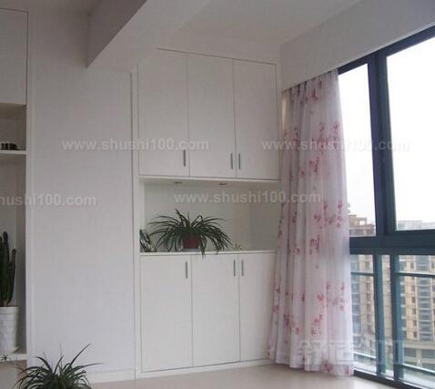 阳台柜子旁边可以栽植绿色植物,用来装饰阳台.