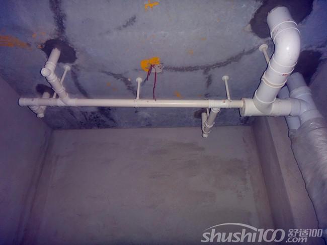 卫生间冷热水管不能距离太近了,而是要分开一段距离。通常左边是热水,右边是凉水,符合用户的使用习惯。管卡位置及管道坡度等均应符合规范要求。各类阀门安装应位置正确且平正,便于使用和维修。排水管需要开槽的那种,还需要注意开槽的深度情况,尽量是不让冷热水管同在一个槽内。安装热水器的用户,还需要注意水管的位置也要科学。  卫生间排水管 以上就是舒适100小编为您介绍的关于卫生间排水管的安装工艺情况,看完上面的介绍,您对卫生间排水管安装步骤和注意事项了解了吗?家用卫生间是使用频率非常高的一个房间,所以一定要设计好、并