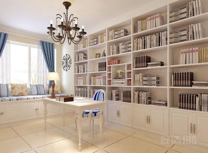 连墙的书柜设计有带柜门和不带柜门之分,不带柜门的书柜更为常见,一般线条粗犷、视觉开阔,展现出现代人的开放意识,比较适合年轻人的品味;带柜门的连墙书柜制作上相对较为麻烦,不易变化造型,但可让书籍免受灰尘的侵扰,主人可减轻拂尘擦拭之苦,可加锁加密处理,适合爱书如命的读书人。
