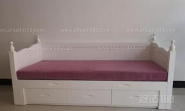 1、实木沙发床不能放置在潮湿的地方,同时也要避免阳光过多的照射。擦拭实木沙发时应用湿布擦拭后立即再用干布擦拭,因各种家具表面油漆处理不同,应该注意使用不同保养方法,比如上蜡就是很不错的保养方法。另外,平常擦拭实木沙发时不要太用力搓擦,以免损伤表皮。 2、实木沙发床吸收能力比较强,应注意防污,最好在春、秋季节里用一次木质保养剂。定期用干净毛巾打湿清水拧干后再对沙发轻拭,若木质上有污渍,用干净湿海绵蘸洗涤剂擦拭,或者用布蘸适当浓度的肥皂水洗擦,然后让实木沙发自然干。 3、实木沙发床本身就有水分,空气湿度过低时