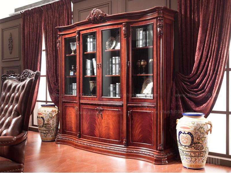 欧式实木书柜 欧式实木书柜金凯莎 金凯莎于2000年创建于广东,目前有鎏金世家欧式宫廷系列和奥斯卡法式古典系列两大系列。其坚持纯正欧洲风格,让每件产品从里到外都透露着浓郁的欧洲历史气息,同时采用中式榫卯设计,是所有欧式家具品牌唯一使用这种做法的品牌,坚持采用纯实木、纯手工制作,价值非凡,多次获得国际名家具展的各项金奖、银奖。其销售额一直处于领先地位,成为消费者最受欢迎的绿色环保欧式实木家具品牌 欧式实木书柜卡芬达 卡芬达以传统的手工雕刻工艺、流畅的线条著称于业内,致力于把每一件产品都成
