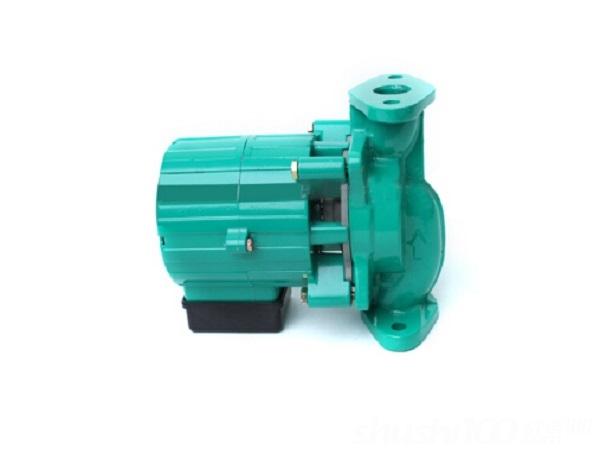 地暖循环泵地暖循环泵的原理和作用 地循环泵一般都采用屏蔽式离心泵.工作原理是靠高速旋转的叶轮,液体在惯性离心力作用下获得了能量以提高了地暖系统的压强。水泵在工作前,泵体和进水管必须罐满水,防止气蚀现象发生。当叶轮快速转动时,叶片促使水很快旋转,旋转着的水在离心力的作用下从叶轮中飞去,泵内的水被抛出后,叶轮的中心部分形成真空区域。水原的水在大气压力(或水压)的作用下通过主管道压到了地暖的进水管内。这样连续抽水、反复循环。它的作用主要是用来促进循环与增压,维持系统良好的运行状况,从而达到地暖舒适节能的效果。