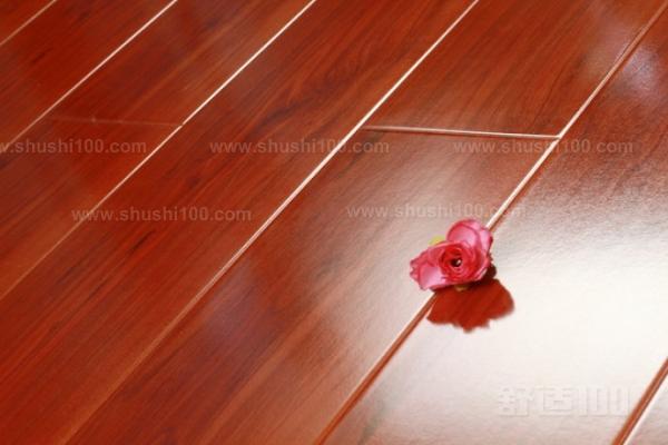 铺装地板的走向通常与房间行走方向相一致或根据用户要求,自左向右或自右向左逐徘依次铺装,凹槽向墙,地板与墙之间放入木楔,留足伸缩缝,干燥地区,地板又偏湿,伸缩缝应留小;潮湿地区因地板偏干,伸缩缝应留大。拉线检查所铺地板的平直度,安装时随铺随检查,在试铺时应观察板面高度差与缝隙,随时进行调整,检查合格后才能施胶安装。一般铺在边上 2-3排施少量D4或无水环保胶固定即可。其余中间部位完全靠榫槽啮合,不用施胶。最后一排地板要通过测量其宽度进行切割、施胶,有拉钩或螺旋顶使之严密。房间、厅、堂之间接口连接处,地板必须