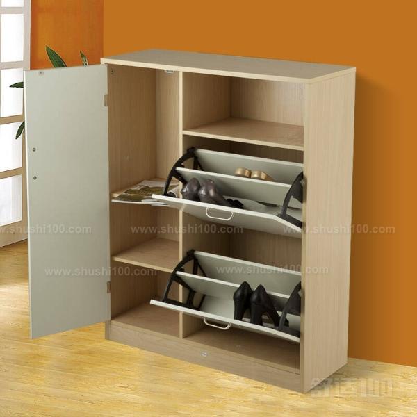 很多家庭在装修的时候对鞋柜是定做还是买成品犹豫不决。 装修前期,应该请设计师根据家庭成员的构成来考虑鞋柜的尺寸和样式。 一般来说,玄关处的鞋柜主要是放置平时常穿的6~8双鞋或拖鞋的。设计师会依据玄关的尺寸、结构和美观度来为业主提出专业建议。 选择定做鞋柜的话,一般会相对灵活一些,比如玄关鞋柜不仅具备放鞋功能,还可以设几个放雨伞、钥匙等按家人实际需要而设置的贴心功能。 另外,鞋柜是一进门的视觉重点,若设计出彩,那么在颜色、造型和风格上都能与整体的居室风格相统一。 小编为大家介绍的这些鞋柜的发展及翻斗鞋柜定做