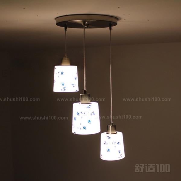 安装床头壁灯是一件非常简单的事,主要就是将壁灯的灯座固定在墙面。床头壁灯安装时一般采用预埋件或打孔、涂胶的方法,将壁灯固定在墙壁上。而床头壁灯最佳的安装方法就是涂胶法。而涂胶法主要有以下几种: 1、刷涂法:用毛刷把胶粘剂涂刷在粘接面上,这是最简单易行也是最常用的方法。 2、喷涂法:对于低粘度的胶粘剂,可以采用普通油漆喷枪进行喷涂。对于那些活性期短、清洗困难的高粘度胶粘剂,可以采用增强塑料工业中从伯特制喷枪。喷涂法的优点是涂胶均匀,工效高;缺点是胶液损失大(约20~40%),溶剂散失在空气中污染环境。 3.