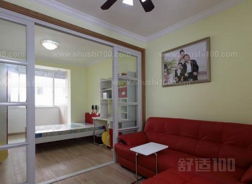用玻璃门作为客厅变卧室隔断是近年来比较流行的一