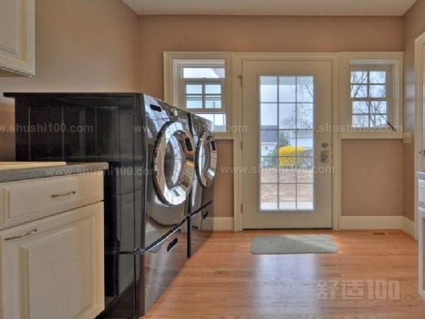 洗衣房除了必备的洗衣机外,一般还得有放置洗衣液,柔顺剂等的柜子