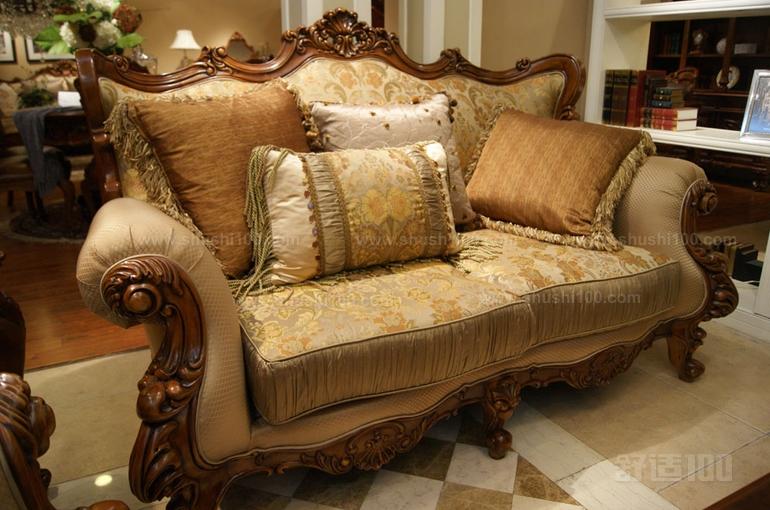 美式实木沙发 以上的内容就是对于美式实木沙发特点的介绍和一些知名品牌的推荐,美式沙发的特点较为突出,生产这类产品的商家是数不胜数,但在价格和质量上的差异是很大的,沙发是长久使用的极具用品,在选购之时且不要为了贪图一时的便宜而购买劣质产品,这对于以后的使用是有着很大影响的。