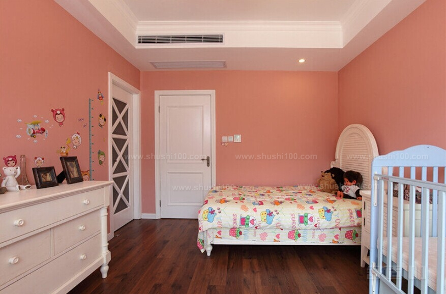 1、安装空调房间应较少太阳辐射:如背阳面或北边的房间。 房间的外部空间应宽敞通风。因为装空调的房间,若外围空间通畅,则空调冷凝器的散热快,耗电量就小,有利于空调器的运行。 2、空调房间的高度应在3m以内:高度超过3m ,温度场很难均匀,同时也很难达到所要求的舒适温度。所以有条件者,可以将房间加装顶棚,既可美化环境又降低了房间高度。 3、房间的窗户:在保证光线足够情况下应越少越好,最好是双层玻璃窗,挂浅色窗帘,以免阳光直射。房间的门应关紧。为使空调房间冷(暖)气不跑掉,应使房门不漏气,且挂布门帘,减少开门次