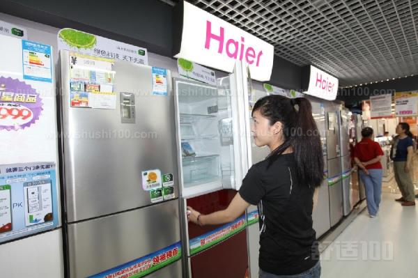 在使用冰箱的过程中,我们常常有这样的迷惑:冰箱冷藏室为什么会结冰,比如冰箱的两壁为什么会很热等等问题,虽然很多类似这样的问题都不算是故障,但用户使用起来还是会有些担心。冰箱结霜不光使家里的用电量不断攀升,最重要的是降低食物的保存期限与口感,影响人们的健康。而繁杂的除霜工作,更是弄得心力交瘁。美的冰箱无霜技术是一个不得不提的亮点设计,冰箱在制冷的同时不会产生冰霜,冰箱的存储环境更加清爽,同时冰箱的恒温效果更明显搭载了静音节能压缩机,高效节能环保,制冷强劲,噪音极低。 很显然海尔冰箱的电源板其实对于海尔冰箱的