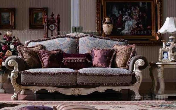 皮沙发是采用动物皮,如猪皮、牛皮、羊皮等动物皮,经过特定工艺加工成的皮革做成的座椅,由于制成的皮革,具有透气,重要的是柔软性非常好等功能,因而用它来制成座椅,人坐起来就非常舒服,也不容易脏。一套时尚的皮沙发摆在客厅里,还显得美观、高贵、大方等。由于皮沙发使用一段很长时间后,内部的油脂会挥发走失而变硬,因而要保养护理。