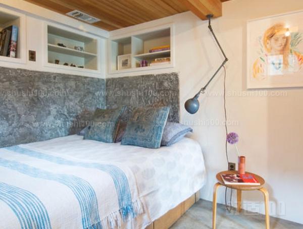 复古混搭森系的家居气质迎面扑来。床边一侧的墙面,收纳型卧室整洁有序,进一步为这一间森系小屋加分不少。开放式衣柜是收纳衣物一目了然,方便拿取。墙面空间一点也不浪费,搁物架搭配咖啡色储物盒,与整个空间格调做了很好的呼应。安静地利于一侧的宝蓝色手推车,用有三层收纳空间,小巧却实用。白色帷布使整个空间轮廓一下子柔和起来,巧妙的将这一方收纳空间隐藏起来,使空间看起来一点也不凌乱。木质衣柜,简约的外观设计,保留了木材原生态的面貌,进一步诠释了天然纯粹的美。  收纳型卧室