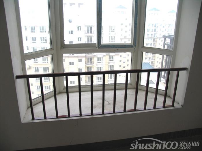 那么,多高栏杆才安全?按照国家《住宅设计规范》的明确规定:外窗窗台距楼面、地面的高度低于 0.9米时,应有防护设施,窗外有阳台或平台时可不受此限制。一般情况下,如果飘窗比地面高45厘米,那么保护栏杆从窗台开始算要做90厘米的高度,如果窗台位置低于45厘米,那么就要做到120厘米的高度。这个尺寸的飘窗护栏是最为科学合理,同时也是最有好处的一种设计。 设计院工作人员说,不锈钢飘窗护栏最大的作用就是它的安全性,栏杆的间距保证让孩子无法穿过,另外,除了防护栏杆,有小孩的住户还可以考虑在家中安装隐形防盗窗网,或者