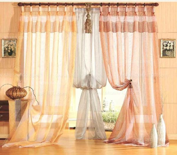 窗帘装法 窗帘装法有几种织物窗帘的安装方法 织物窗帘在家庭装潢中是主要的,它是在整个装潢结束后所进行软装饰的一种,各种窗幔的造型设计是窗帘装饰的重点,是体现出豪华富丽的表征所在,它既挡风保温,又可让居室充满秋日艳阳,有些窗帘还利用多层窗帘和顶幔来调节室内不同气氛。 窗帘装法有几种铝合金百页窗帘安装方法 铝合金百页窗帘是通过梯形尼龙绳,将铝镁合金的百页片串联而成的,它是一种可以调节光线进入的窗帘,百页片的角度可同时翻180,根据光线明暗及通风量大小的需要,拉动尼龙绳随意调节。窗帘形式分横条式百页窗