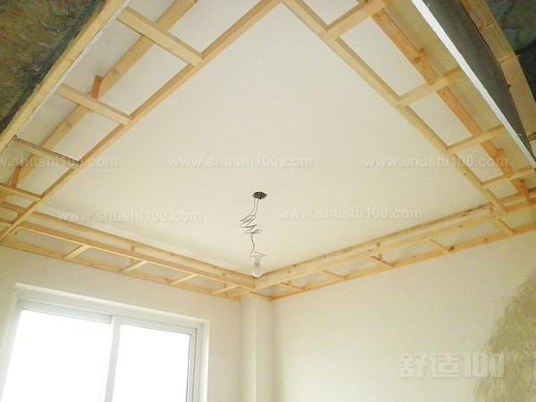 1、在正式施工前,工人先要用水平管来测量墙面弹的墨线是否水平,只有保证了基础线的确实水平,才不会让后来安装的吊顶产生倾斜或存在高低落差。 2、石膏板吊顶需要固定在牢固的木质龙骨框架上,因此之前对龙骨材料的仔细挑选就成为了必不可少的步骤,建议大家尽量选择握钉力较好的松木材质。 3、因为龙骨是木质的,因此必须注意防火。规范的做法是龙骨表面均匀涂刷防火涂料,等整根龙骨都见白了,再钉在墙上,这能保证其与墙壁接触的地方也刷到防火涂料。 4、龙骨表面进行完防火处理后就可以开始组合了,工人会用射钉枪在两根龙骨结合处斜向