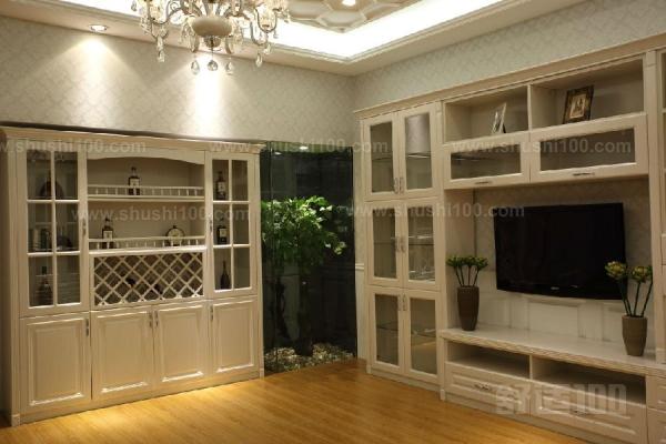 廚房客廳酒柜的設計是為了把酒柜設計成一種隔斷的