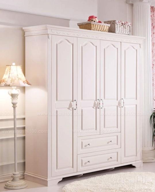 衣柜是由柜体和柜门、五金配件构成的。一般的衣柜柜体由板材(实木多层板、刨花板、密度板、禾香板)或实木通过不同的组成成相应的衣柜内部格局来满足用户的需求,而柜门的材料有实木,双饰面板,波浪板,百叶板,玻璃等,实木的厚度在22mm,玻璃材质是5mm,平开门的一般用16mm或者18mm的材料做,五金配件有(领带夹、抽屉、衣柜裤架、拉篮、挂衣杆、层板扣、更衣镜等)这些都是用户根据自己的需求搭配,是衣柜生产厂家配套,不生产。 以上就是舒适100的小编为大家介绍的欧式家具衣柜子的一些相关知识。上面有介绍欧式家具衣柜子