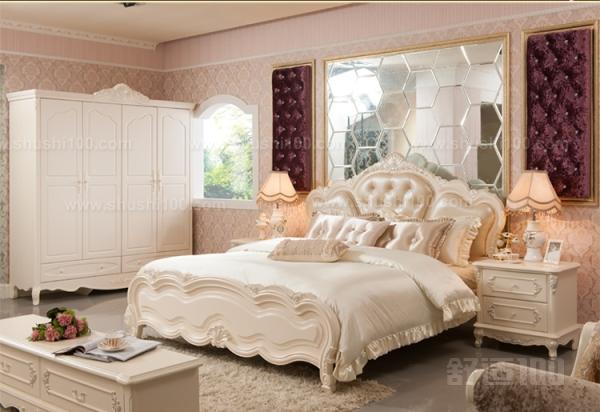 欧式简约家具设计时多强调立体感,在家具平面有一定的凹凸起伏设计,以求在布置欧式简约风格的空间时,具有空间变化的连续性和形体变化的层次感。欧式简约风格家具因为强调舒适度而通常体积较大,适合面积较大的家居空间,如果空间面积较小的话,选择欧式简约风格家具会显得空间更为狭小拥挤。 以上小编为大家介绍了下简约欧式风格床的特点,主要为大家介绍了简约欧式风格床三个方面的特点,看完简约欧式风格床的这些特点,大家觉得简约欧式风格床怎么样呢?觉得简约欧式风格床还不错的话,大家在购买床的时候可以考虑下购买简约欧式风格床,希望能