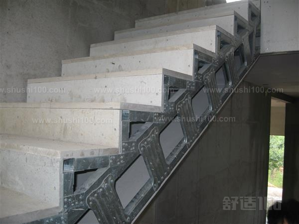 目前国家大力推广的第三代环保节能隔墙板,具有防潮、抗震隔音、防火保温、占地小、强度好、施工便捷等优点。编辑本段墙板的分类通常上分为GRC轻质隔墙板(玻璃纤维增强水泥)、GM板(硅镁板)、陶粒板、石膏板(1)轻质水泥发泡夹心板发泡水泥复合板又称作中体板,本产品具有环保节能无污染,轻质、抗震、防火、保温、隔音、施工快捷的明显优点,自投放市场以来,倍受建材专家青睐,引起了众多建筑公司的热切关注。主要组成部分有:屋面板、网架板、楼层板、墙板、异型板等。外圈用C型钢做骨架,内部加副肋筋,整体板层内部铺设钢丝网,芯材