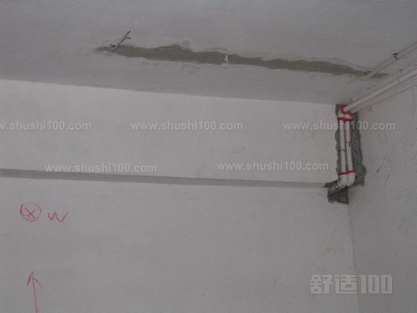 1、按效果图制作和具体施工图设计图纸选用并确定灯具、插座、开关等的位置,然后再确定电线的敷设位置、穿过墙壁和楼板的位置,以及起始、转角、分支、终端点,绝缘子或槽板的固定位置。 2、根据电线的走向开挖墙槽,槽的宽度与深度要能埋入电线管。在穿墙孔处要将电线管小心弯曲,使其弯曲后内部仍能穿线,用专用轧头或骑马钉将电线管固定于墙上。 3、有插座、开关的位置事先打孔预埋塑料膨胀管或打好木楔。这种方法的缺点就是插座、开关都凸出于墙面;现在流行将插座,开关的接线盒全部埋入墙中,只露出插座和开关的面板,这样就美观整齐得多