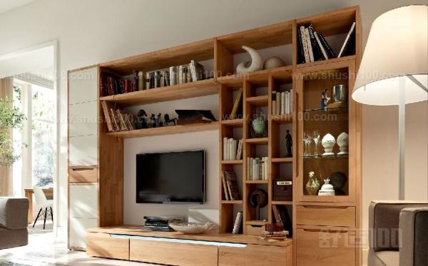 地柜式免漆板电视机柜,地柜式的电视柜其形状大体上和地柜类似,也是现在家居生活中使用最多、最常见的电视柜,地柜式的电视柜的最大优点就是能够起到很不错的装饰效果,无论是放在客厅还是放在卧室中,它都会占用极少的空间起到最好的装饰效果。 组合式免漆板电视机柜,组合式电视柜是传统地柜式电视柜的一种升华产品,也是近年来最受消费者喜欢的电视柜,组合式电视柜的特点就在于组合二字,组合式电视柜可以和酒柜、装饰柜、地柜等家居柜子组合在一起形成独具匠心的电视柜。
