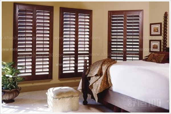 从材质上分就有实木,铝合金,仿木,也有pvc材质的.