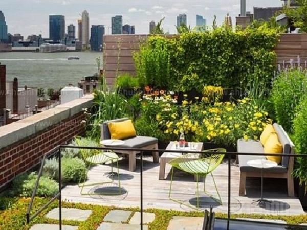 1、屋顶花园比较高,风力比较大,土层薄、光照时间长、昼夜温差大、湿度小、水分少,可以选择喜光、抗风、耐寒、耐热、耐旱、耐脊、生命力旺盛的花草树木。最好是灌木、盆景、草皮之类的植物,能适应土层浅薄的要求,尽量不使用高大有主根的乔木。如使用应种植在承重柱和主墙所在的位置上。 2、屋顶花园的设置、设计屋顶花园时应注意一个问题负荷量有限。而屋顶花园往往比较高 , 所以风力也比较大 ,另外还有屋顶土层薄、光照时间长、昼夜温差大、湿度小、水份小,我们可以选择一些生命力旺盛的花草树木。最好是灌木、盆景、草皮之类的植物