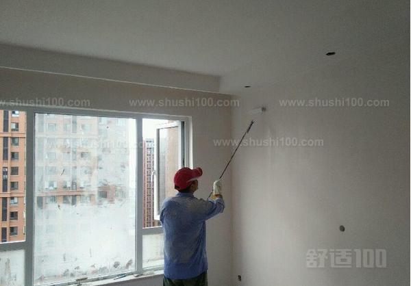 1、基层处理:现浇混凝土墙面,由于楼板、材料、隔离剂等多方面的原因,墙面平整度较差,常有气孔、蜂窝、麻面、阴阳角不通顺以及鼓包等现象,因此要求凸处剔磨平正,凹处要填平补齐。对于预制混凝土楼板、板缝基层,必须由专人用钢丝刷刷一遍,将表面浮砂粒、疙瘩、尘土等杂物清除干净。对于水泥砂浆纸筋灰面层要求表面基层干燥,坚实干净(没有浮土油污)即可。 2、基层修补:在混凝土顶板和板缝清理干净后,对蜂窝等较大缺陷部位将石膏腻子用钢片刮板填平压实,横抹竖起刮一遍(表面光滑的顶面可以不刮)。石膏腻子配郃比(重量比)为石膏:乳